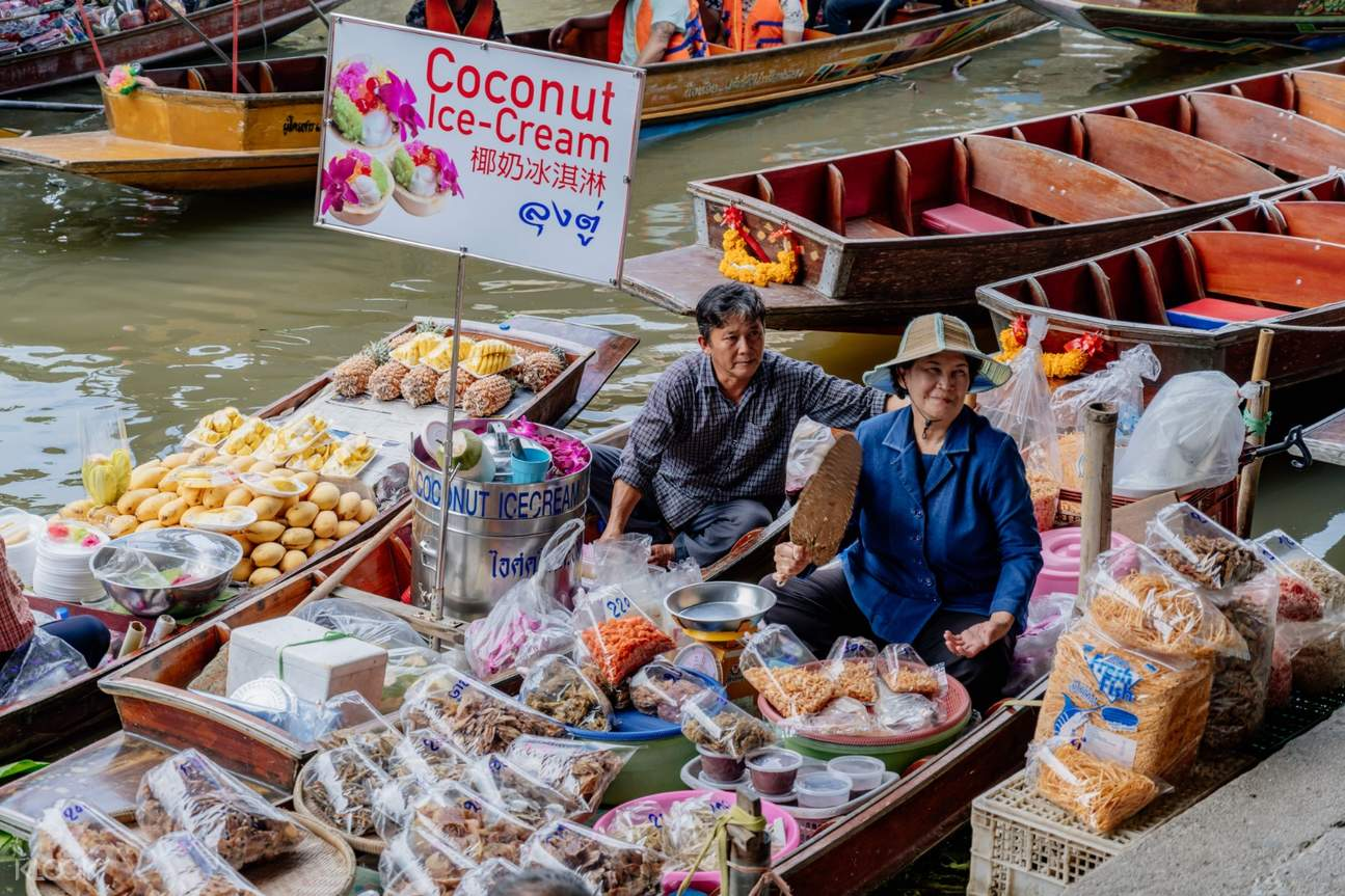 couple vendors in damnoen saduak floating market